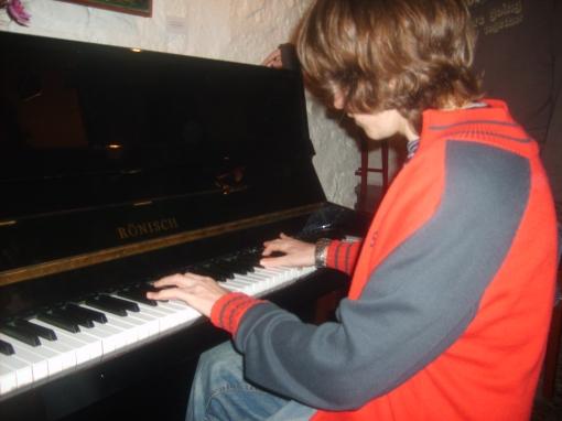 Dani tocando el piano